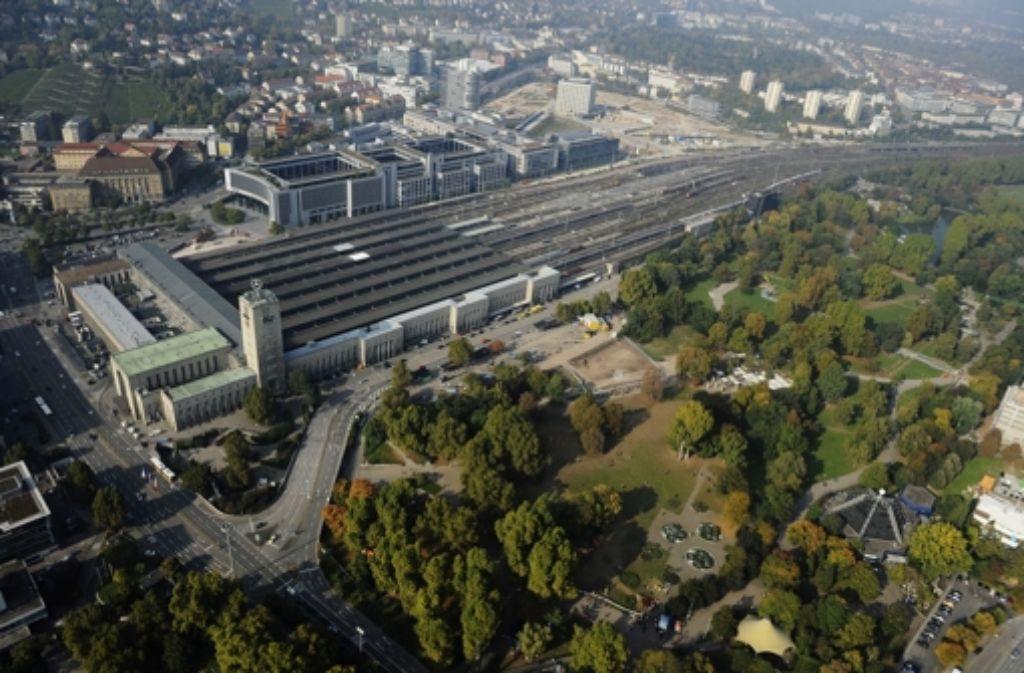 Eine Luftaufnahme zeigt den Hauptbahnhof in Stuttgart mit angrenzendem Schlossgarten. Foto: dapd