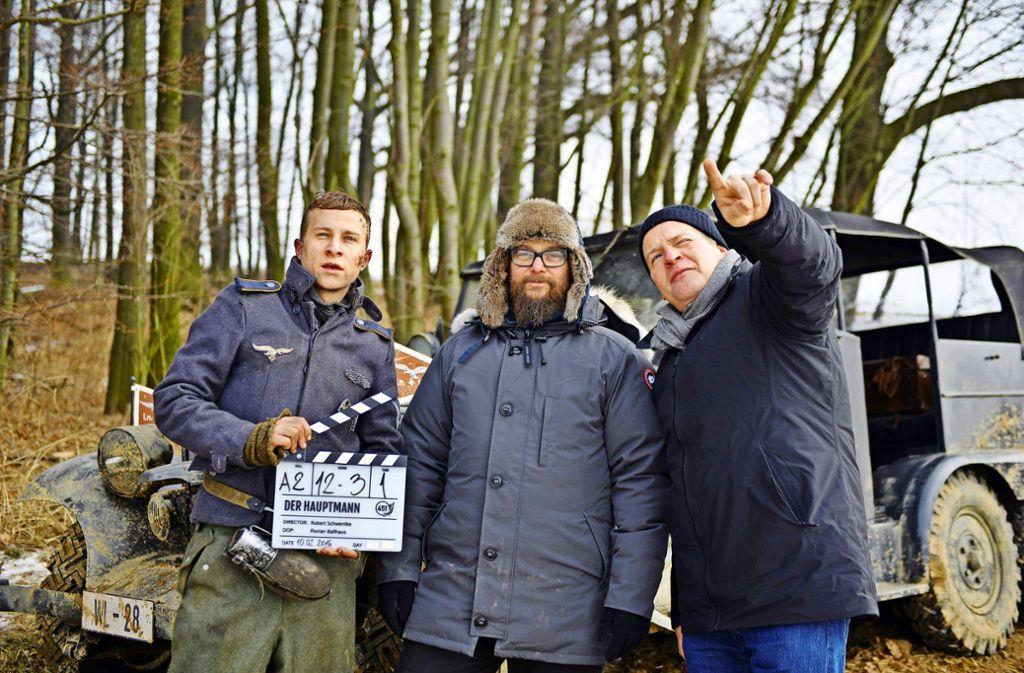 """Robert Schwentke (Mitte) beim Dreh des Films """"Der Hauptmann"""" mit Hauptdarsteller Max Hubacher (links) und Kameramann Florian Ballhaus Foto: Verleih"""