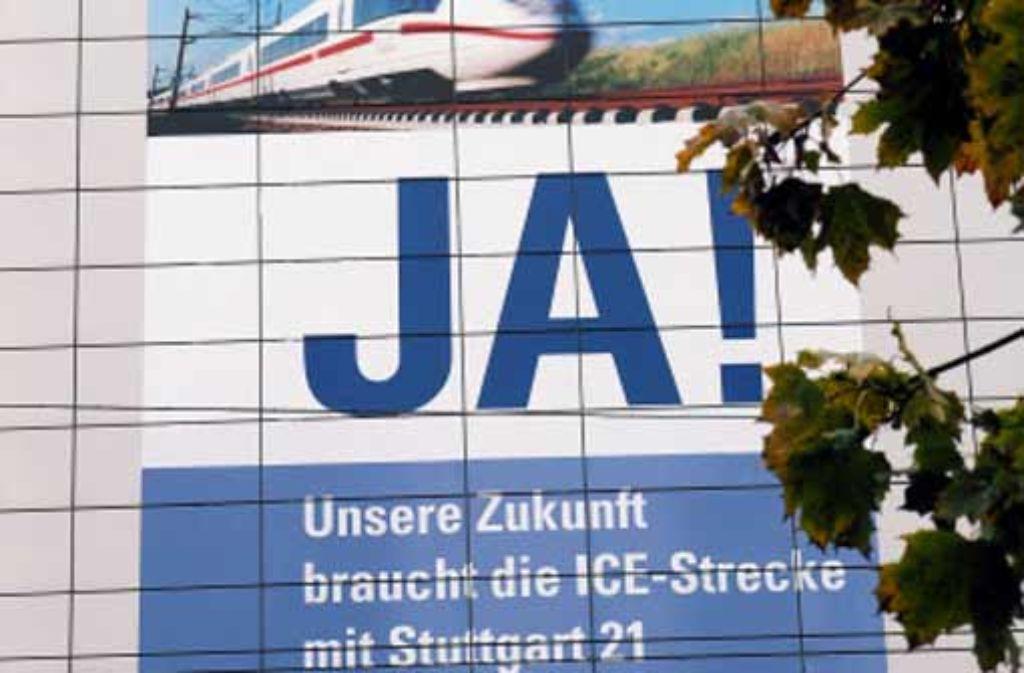 100 Quadratmeter misst das Plakat an der Ulmer IHK-Fassade. Foto: Bäßler