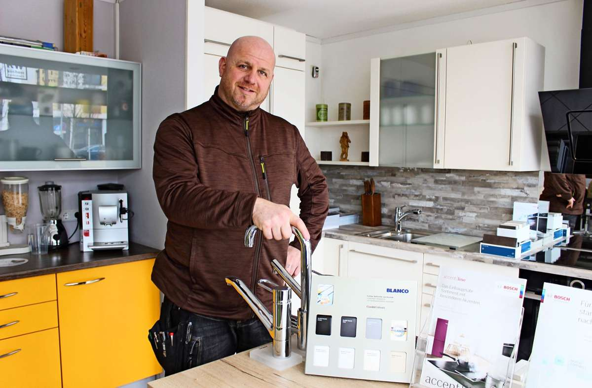 Jürgen Nuding betreibt in Vaihingen eine Schreinerei samt Küchenstudio. Seit Corona boomt das Geschäft –  so sehr, dass Kunden teils lang warten müssen. Es fehlen unter anderem Geräte. Foto: Caroline Holowiecki