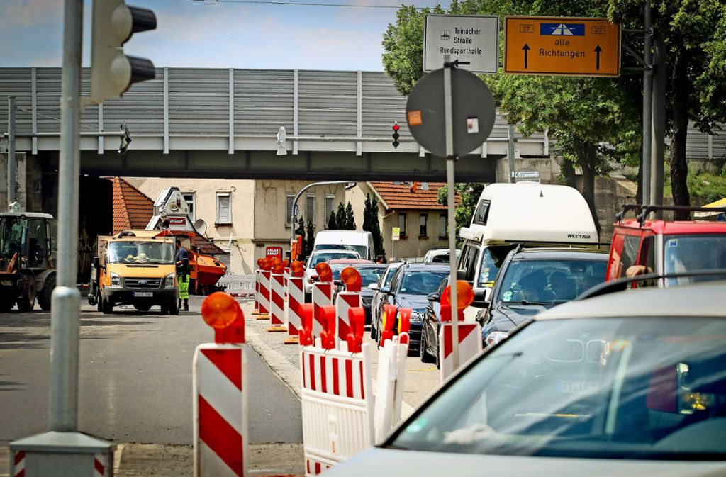 Engpass am  Eingang nach Eglosheim:   Der  Verkehr    in Richtung Stadtmitte wird auf die Gegenfahrbahn geleitet. Foto: factum/Granville
