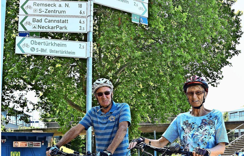 Die Hinweisschilder verwirren sogar die Obertürkheimer  Dieter und Helga Hübner. Foto: