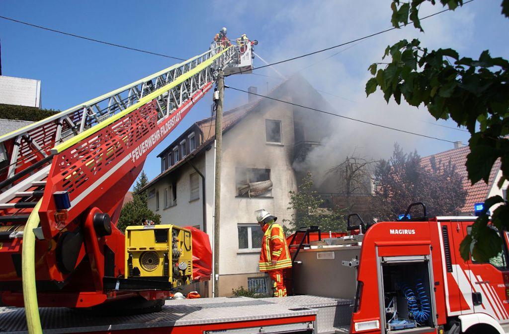 In Bernhausen hat am Sonntag ein Mehrfamilienhaus gebrannt. Foto: SDMG