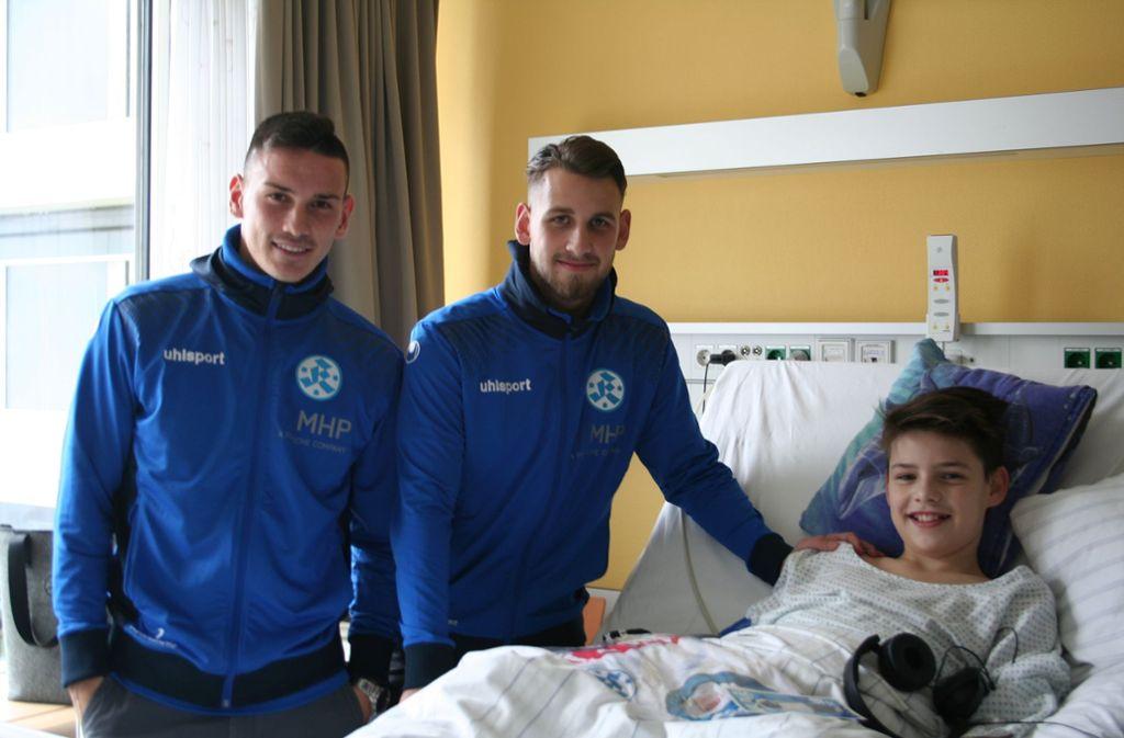 Kickers-Torwart Ramon Castellucci (links) und Florian Ahmeti besuchen die kleinen Patienten im Olgahospital. Foto: Stuttgarter Kickers