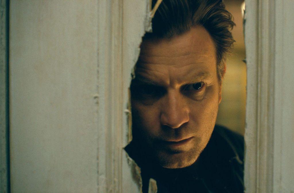 """""""Here's Johnny!"""" sagte Jack Torrance (gespielt von Jack Nicholson), als er in """"The Shining"""" die Tür mit einer Axt einschlug und und durchschaute. Nun blickt Dan (Ewan McGregor) in """"Doctor Sleeps Erwachen"""" durch dasselbe Loch. Foto: AP"""