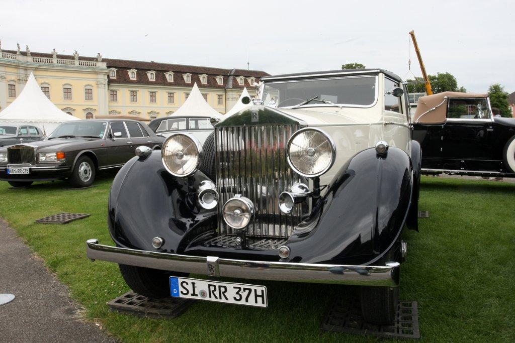 Noble Karossen vor herrschaftlicher Kulisse: Die Autoschau Retro Classics. Foto: Rothe