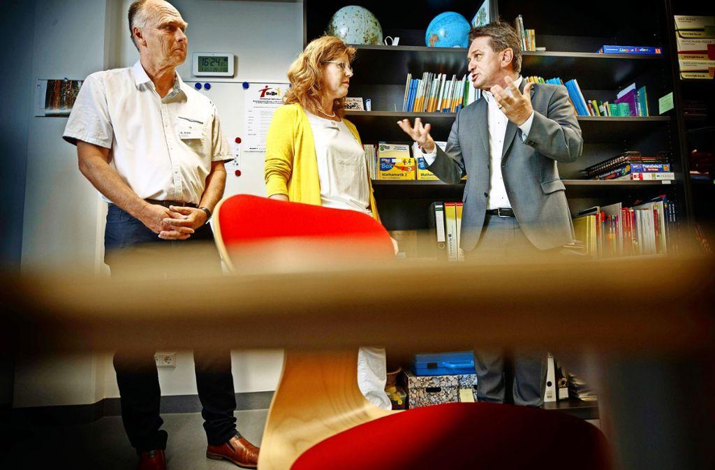 Sozialminister Manfred Lucha (rechts) in der Winnender Klinikschule Foto: Gottfried Stoppel
