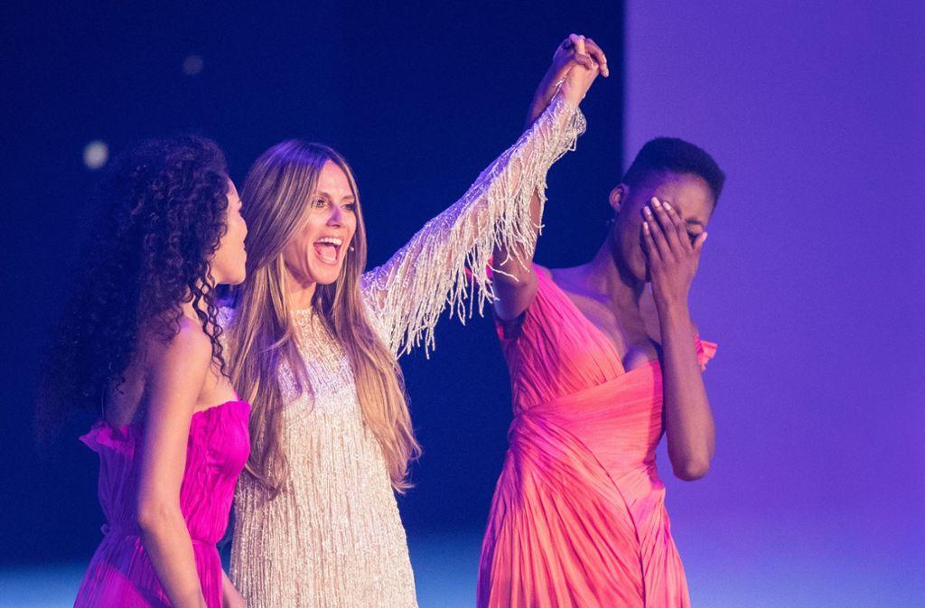 Julianne (links) und Toni waren die letzten beiden Teilnehmerinnen. Dann gab Heidi Klum die Entscheidung bekannt. Foto: dpa