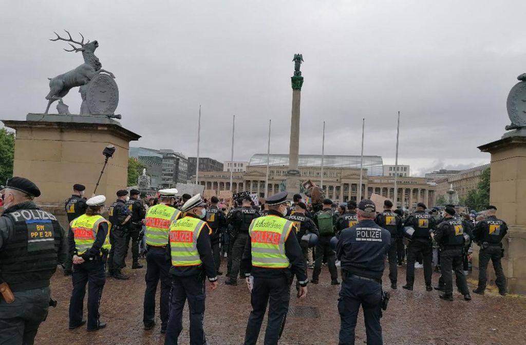 """Die Vorfälle ereigneten sich nach der """"Silent Demo"""" gegen Rassismus mit rund 10 000 Teilnehmern. Foto: Andreas Rosar/Fotoagentur-Stuttgart"""