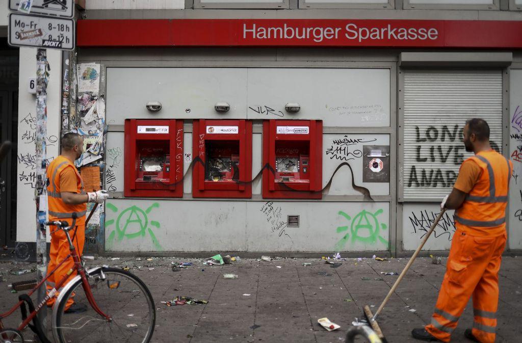 In Hamburg hat nach den Krawallnächten vom Wochenende längst das große Aufräumen begonnen. Foto: dpa