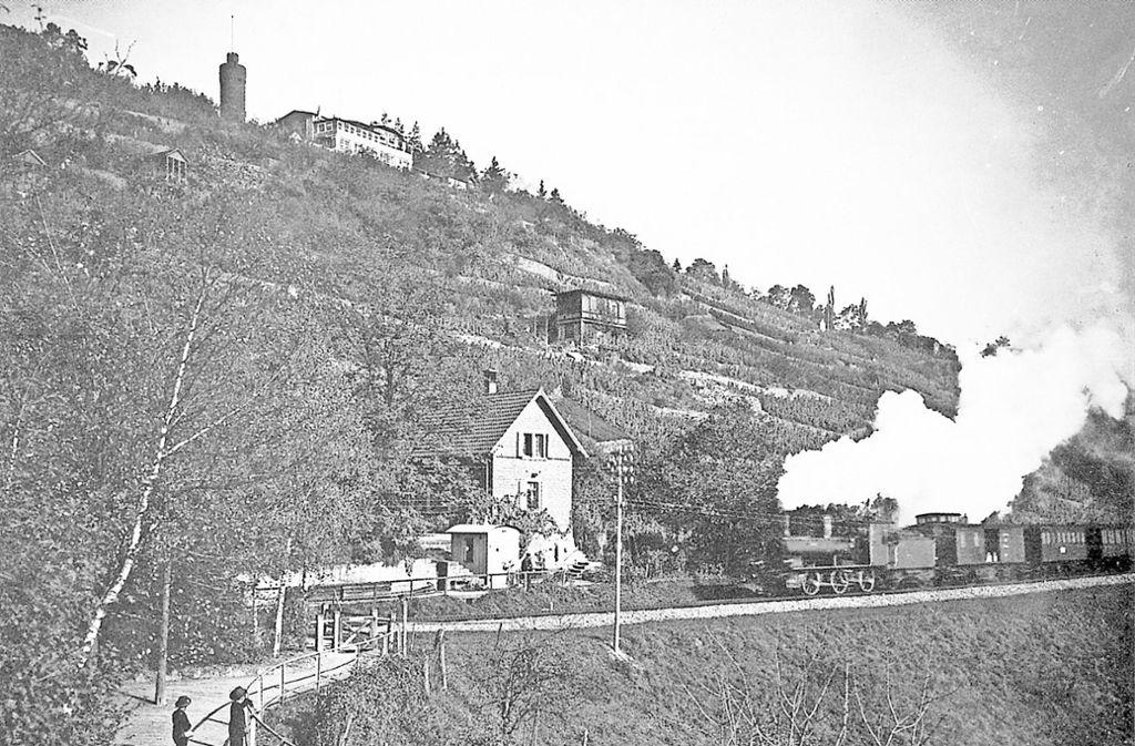 Eine Dampflokomotive am Haltepunkt Heslach, der mit Eröffnung der Gäubahn 1879 in Betrieb ging Foto: Wikipedia/Photo Schaller, Stuttgart