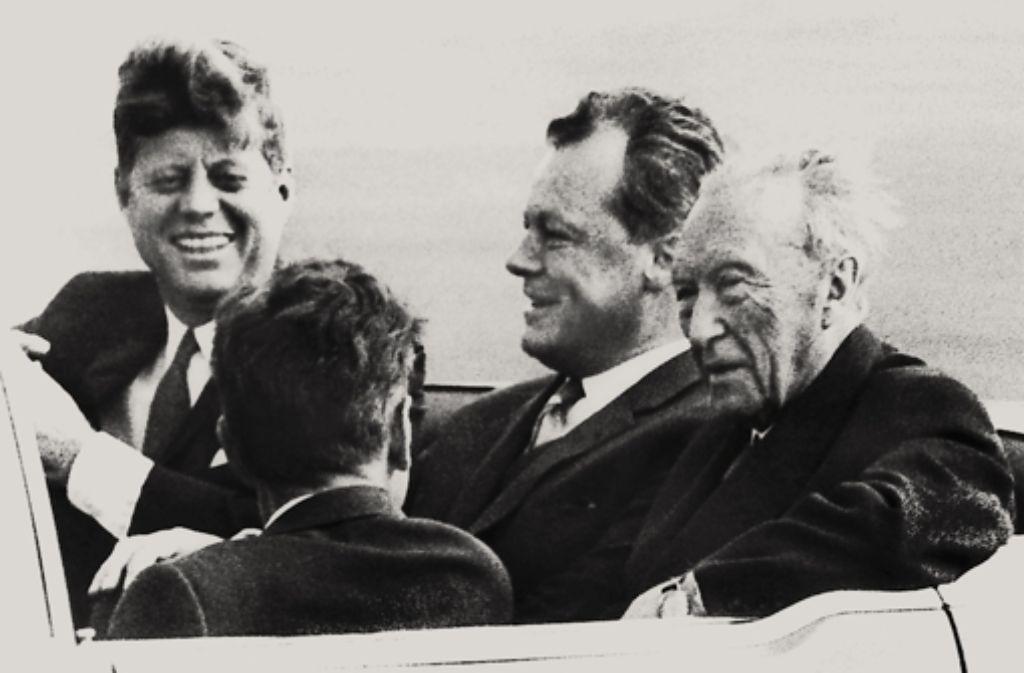 Tour durch Berlin: John F. Kennedy, Willy Brandt und Konrad Adenauer (von links) Foto: dpa