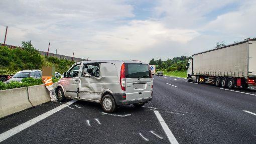 Lastwagen schiebt Transporter vor sich her
