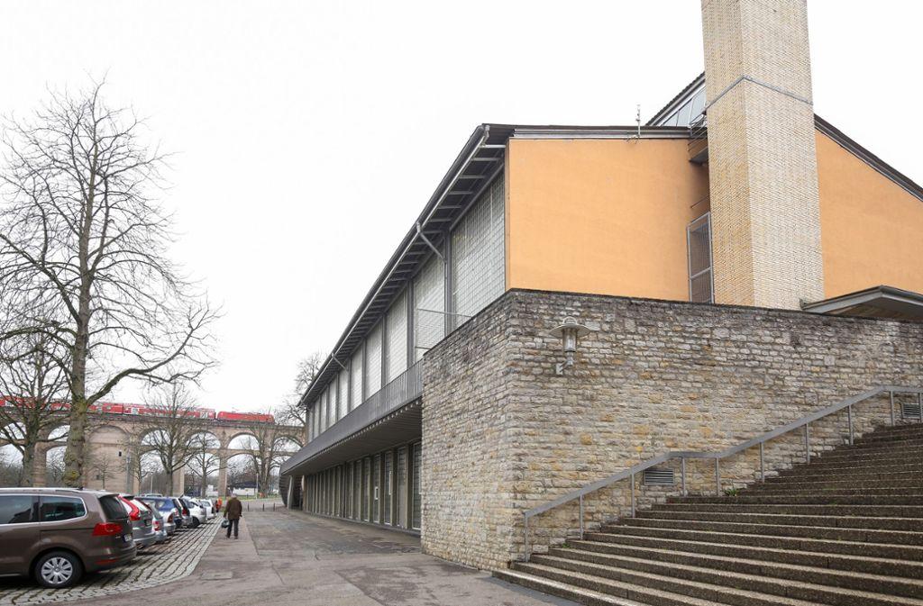 Die Sporthalle am Viadukt ist in die Jahre gekommen. Noch macht es das 1956 erbaute Gebäude, aber die Klagen der Handballer mehren sich. Foto: factum/Granville
