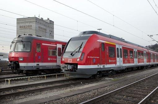 """Links steht eine """"betagter ET 420, rechts der neue  Typ 430, der nur nachts ohne Passagiere auf Testfahrten unterwegs sein darf. . Foto: Horst Rudel"""