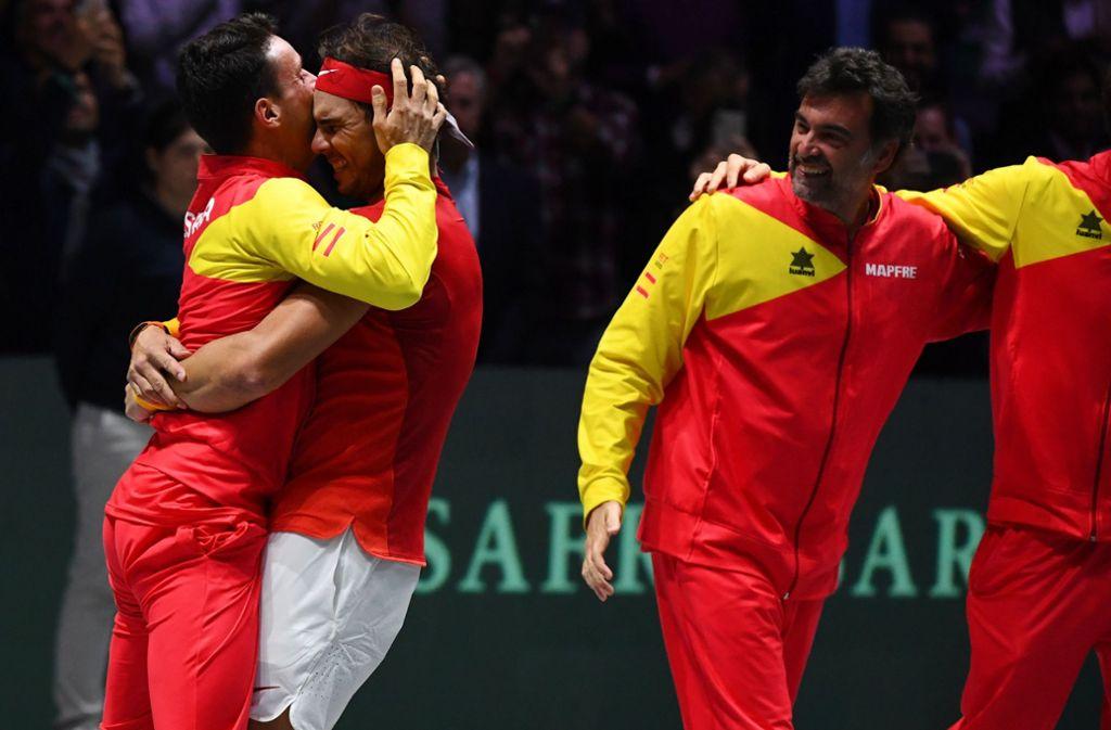 Das spanische Team feiert Rafael Nadal nach seinem Sieg. Foto: AFP/GABRIEL BOUYS
