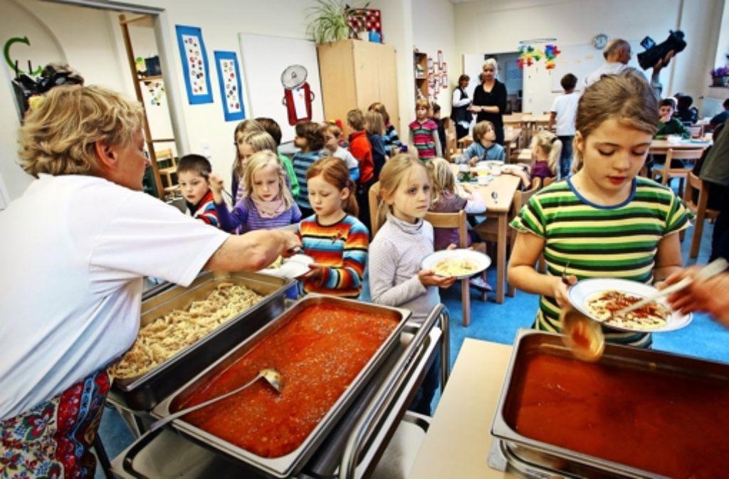 An Ganztagsschulen verbringen  die Kinder meist acht Stunden gemeinsam.Gemeinsam lernen, essen und ein Instrument spielen: in   Ganztagsschulen gibt es nach dem Unterricht meistens  sportliche und musische Angebote. Foto: dpa