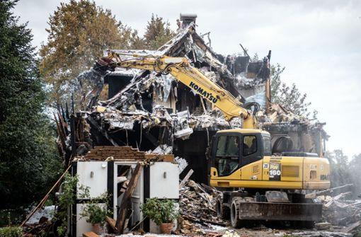 Fünf Verletzte, zwei tote Pferde nach Hausexplosion  - Mordkommission ermittelt