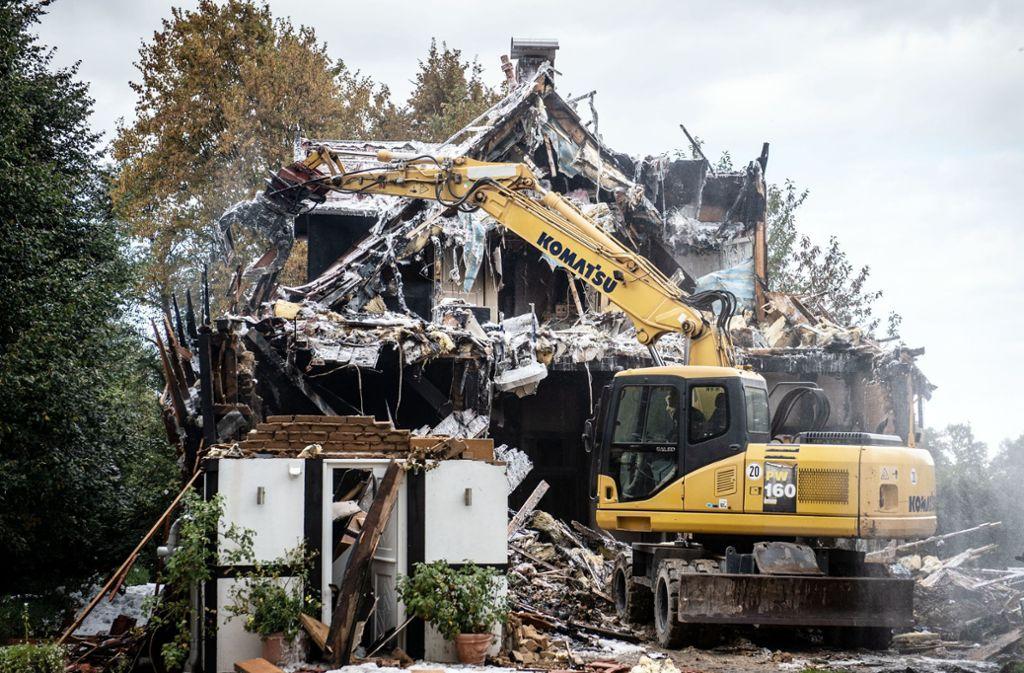 Ein Bagger reißt nach einem Brand das Fachwerkhaus ab. In dem Gebäude war es zuvor zu einer Explosion gekommen. Zwei Frauen und ein Polizist wurden verletzt. Foto: dpa/Bernd Thissen