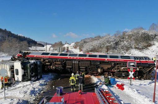 Triebwagen und Müllwagen kippen bei Unfall  um – zwei Verletzte