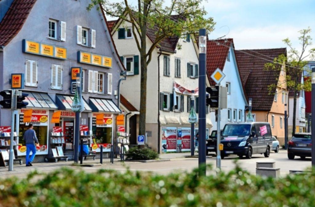 Um ein größeres Einzelhandelsgeschäft zu etablieren, müssten diese fünf Häuser an der Hauptstraße gegenüber dem Zeppelinplatz abgebrochen werden Foto: Norbert J. Leven