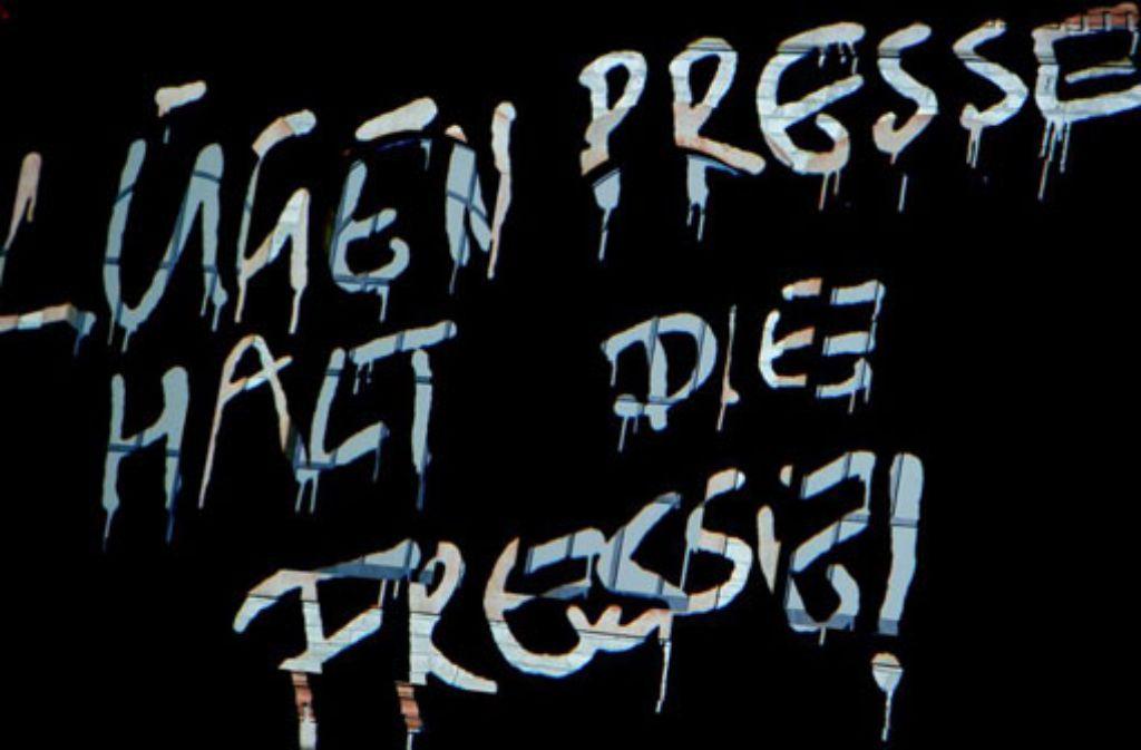 Eine Videoprojektion ist im April 2013 bei der Verleihung des Henri-Nannen-Preis in Hamburg auf der Bühne zu sehen. (Archivfoto) Lügenpresse ist das Unwort des Jahres 2014. Foto: dpa