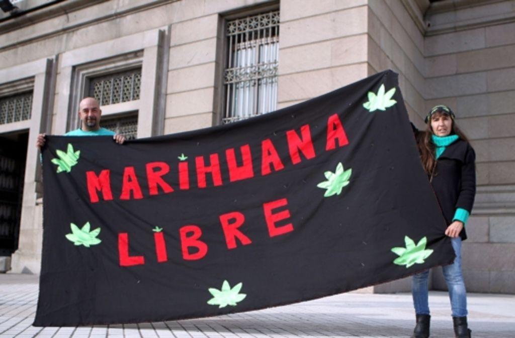 Aktivisten demonstrieren vor der Entscheidung des Parlaments in Uruguay. Foto: dpa