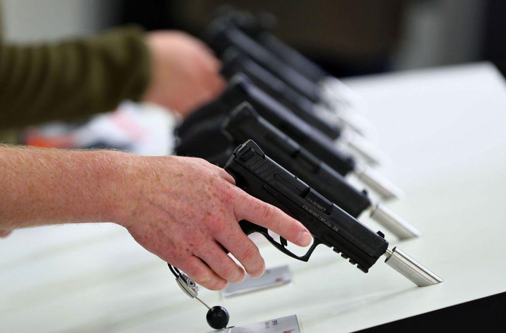 Schusswaffen gehören für manche dazu, um bei Hochzeiten Freudenschüsse abzufeuern. Foto: dpa