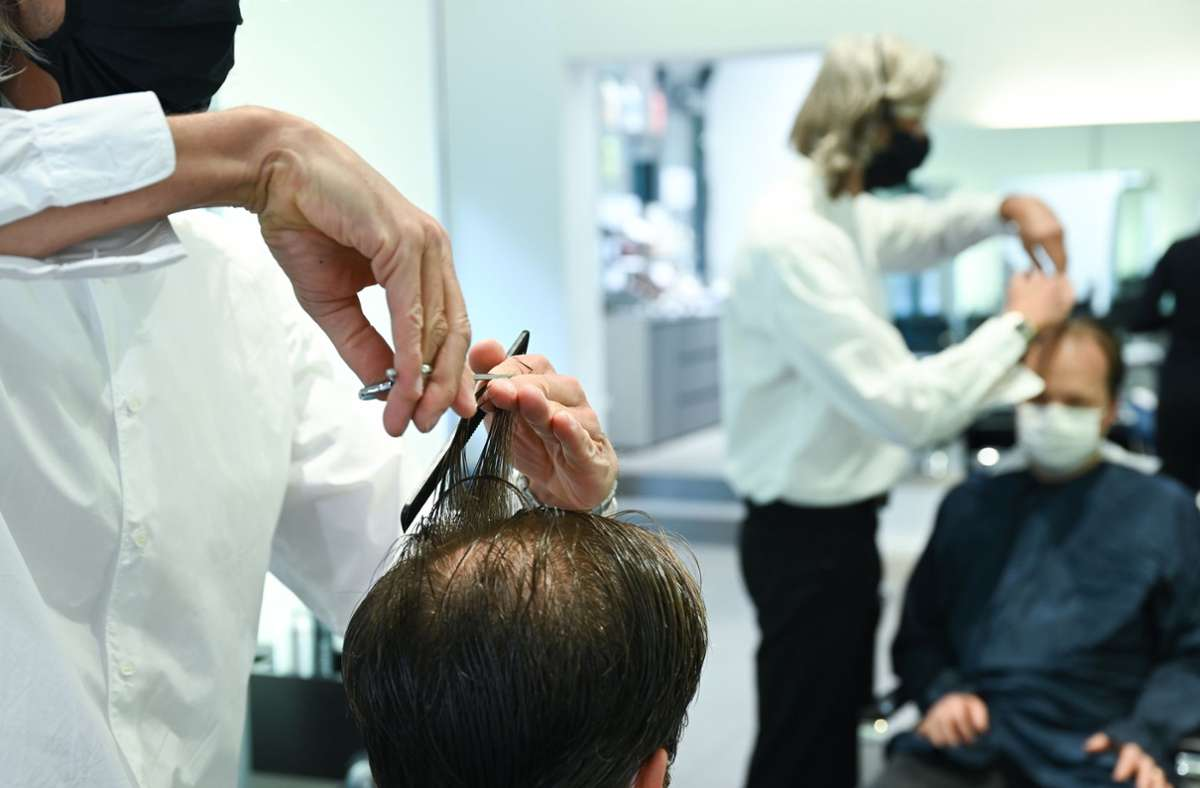 Friseure verlangen in der Coronakrise mehr Geld. Foto: dpa/Arne Dedert