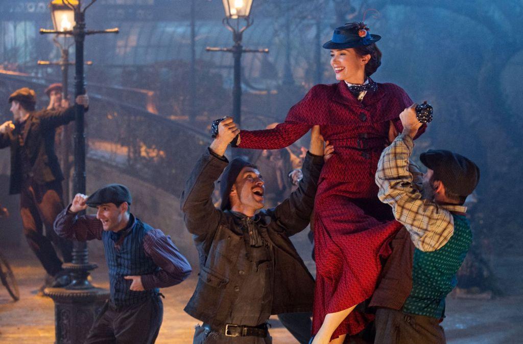 Es wird viel gesungen und getanzt: Emily Blunt als Mary Poppins mit den Lampenputzern von London Foto: Unit