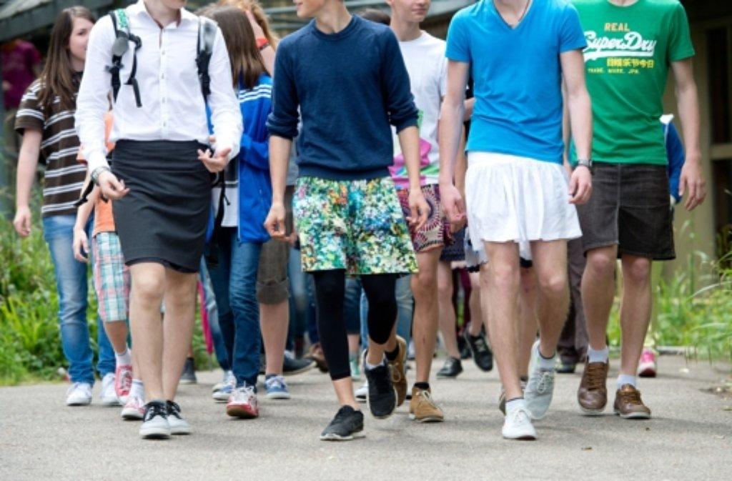Gymnasiasten in Esslingen haben am Freitag als Zeichen der Toleranz die Geschlechter getauscht. Foto: dpa