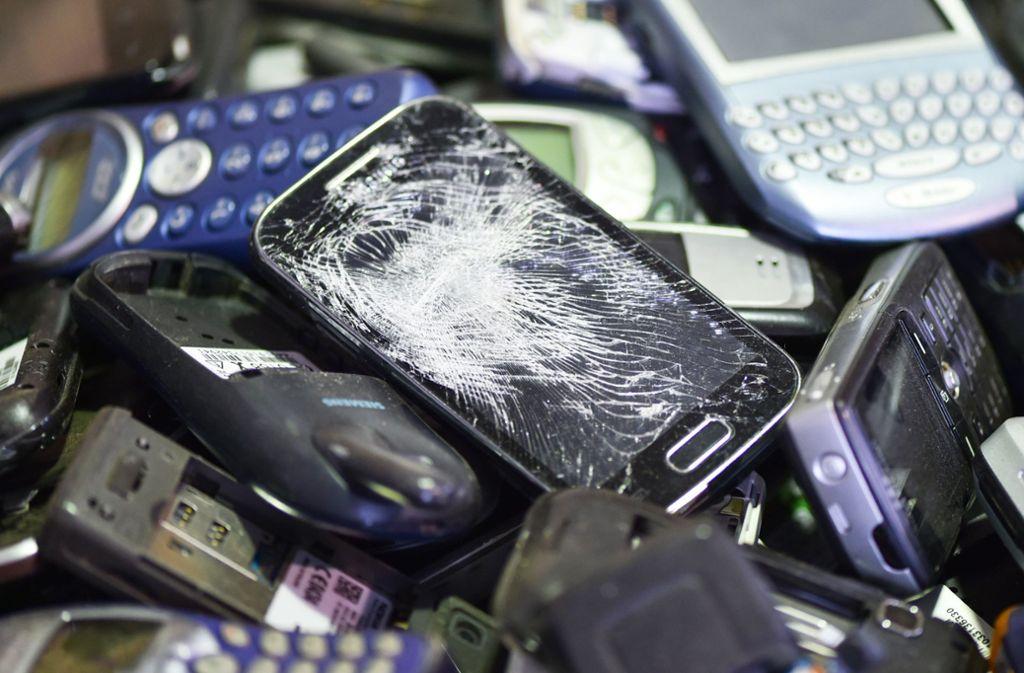 Ausgediente Handys können beim Repaircafé abgegeben werden. Foto: dpa
