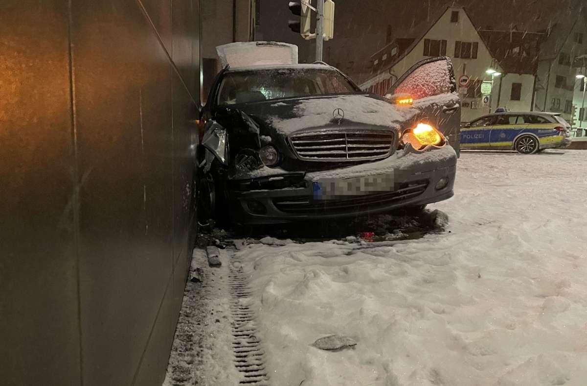 Ein Mercedesfahrer kollidierte in Leonberg mit einer Hauswand. Foto: SDMG/SDMG / Dettenmeyer