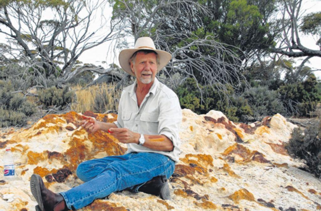 Malen wie die Aborigines: In einem trockenen Flussbett mischt der deutschstämmige Geoff Scholz aus Gesteinsstaub bunte Farben. Foto: Wais