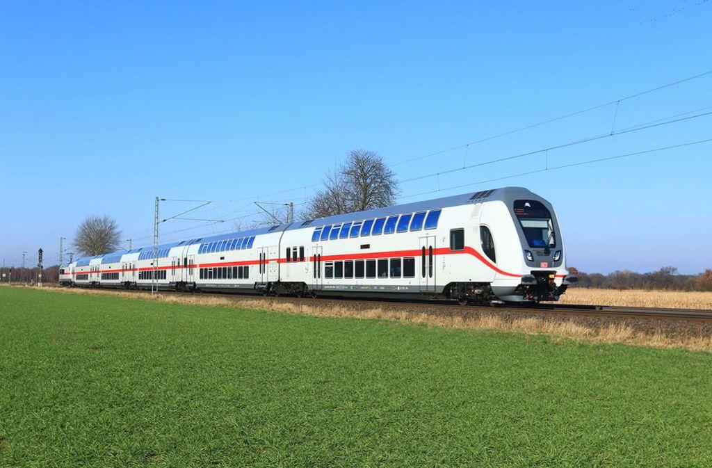 Ein weiß-roter Doppelstöcker fährt durch das Gäu. Foto: Deutsche Bahn AG/Jochen Schmidt