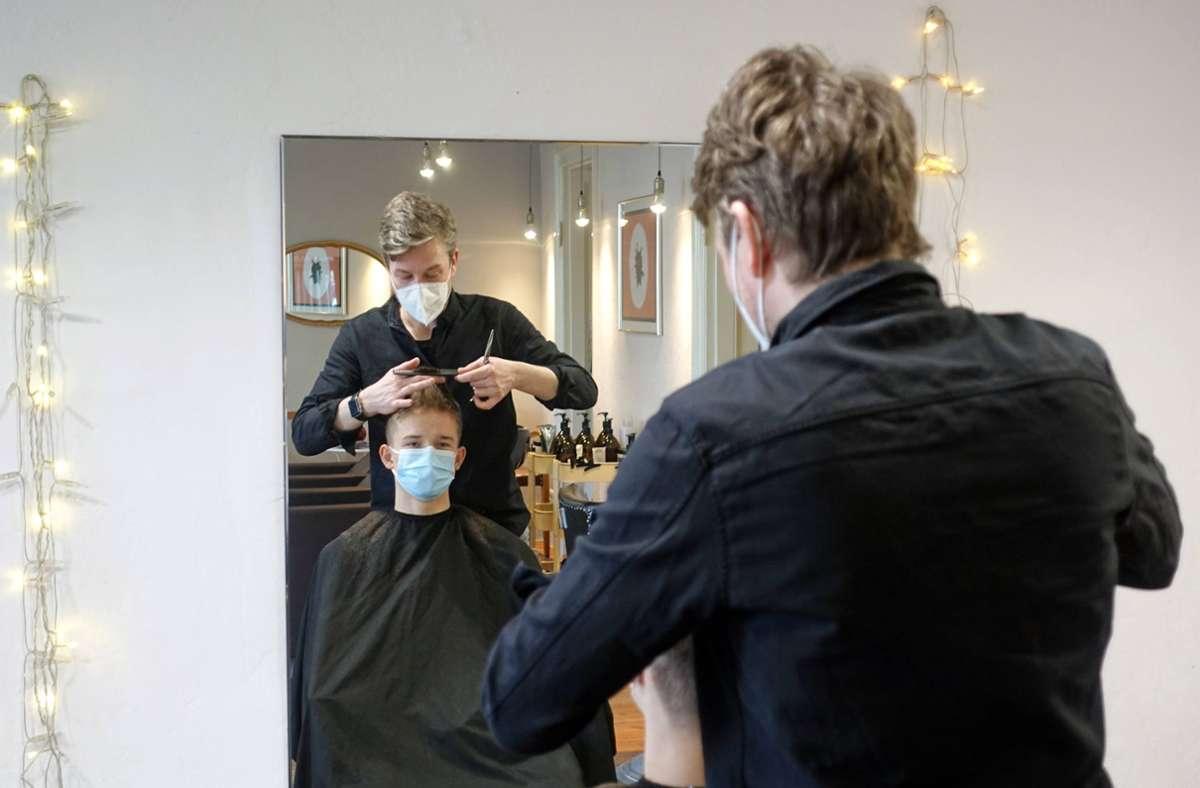 Das Land gestattet Friseuren weiterhin ihrer Arbeit nachzugehen. (Symbolfoto) Foto: imago images/Frank Sorge/Foto: Frank Sorge via www.imago-images.de