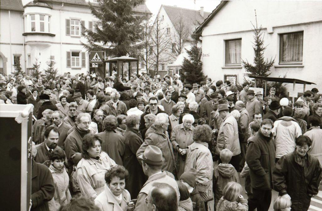 So eng gings auf der Schulstraße  schon bei der Premiere des Oeffinger Advents am 9. Dezember 1990 zu. Foto: Archiv