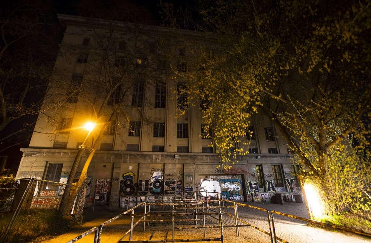 """Normalerweise  kein Ort für einen """"tödlichen Eindämmungsschlaf"""": der verwaiste Eingang des Berliner Berghain Foto: imago images/Emmanuele Contini"""
