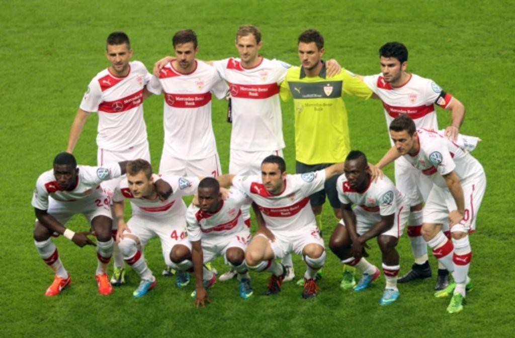 Entschlossene Gesichter: die VfB-Mannschaft vor dem Anpfiff Foto: dpa