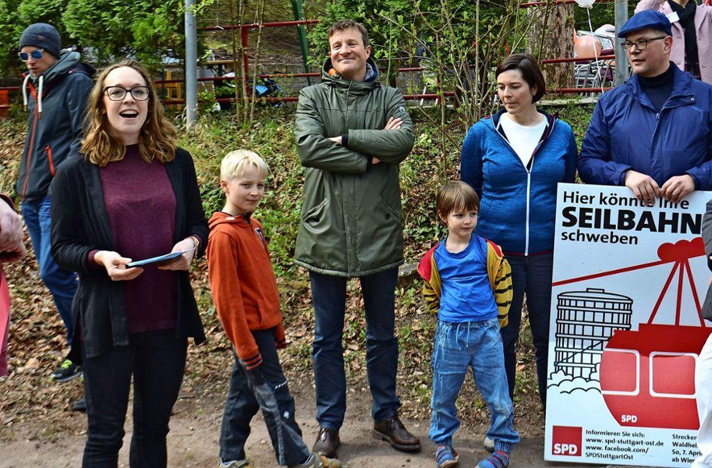 Nach  dem Spaziergang: Kommunalwahlkandidatin Lucy Schanbacher, der SPD-Fraktionsvorsitzende Martin Körner  und Christiane Albrecht (von links) Foto: Uli Meyer