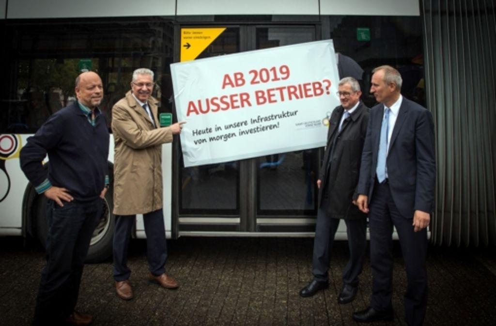 Rudolf Hausmann von Verdi (links), die SSB-Vorstände Reinhold Bauer und Wolfgang Arnold sowie  VVS-Geschäftsführer Host Stammler (rechts) befürchten Qualitätseinbußen im Nahverkehr. Foto: Lichtgut/Achim Zweygarth