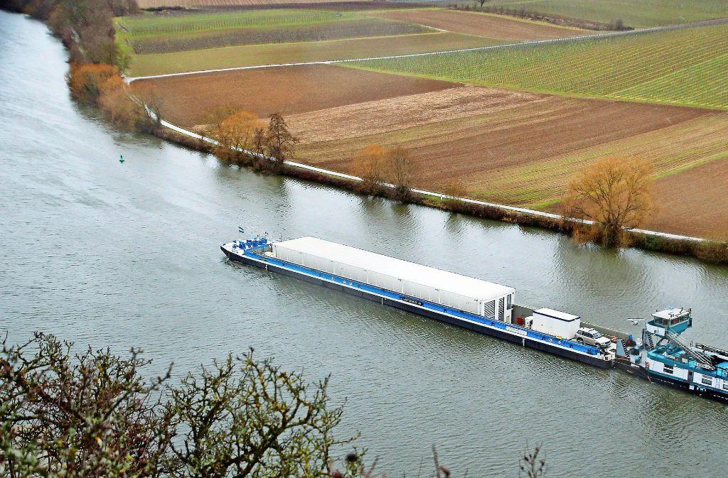 Bei einer Testfahrt auf dem Neckar bei Neckarwestheim hat die EnBW bereits den Transport von Castorbehältern simuliert. Foto: dpa