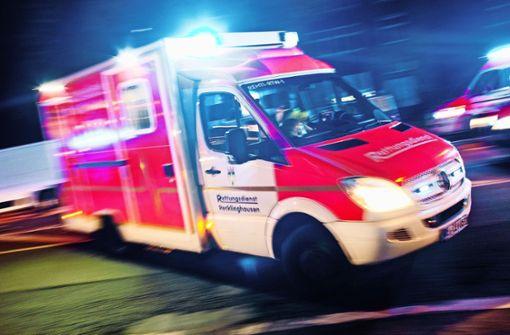 Stein fliegt auf Rettungswagen – Splitter treffen Ärztin im Gesicht