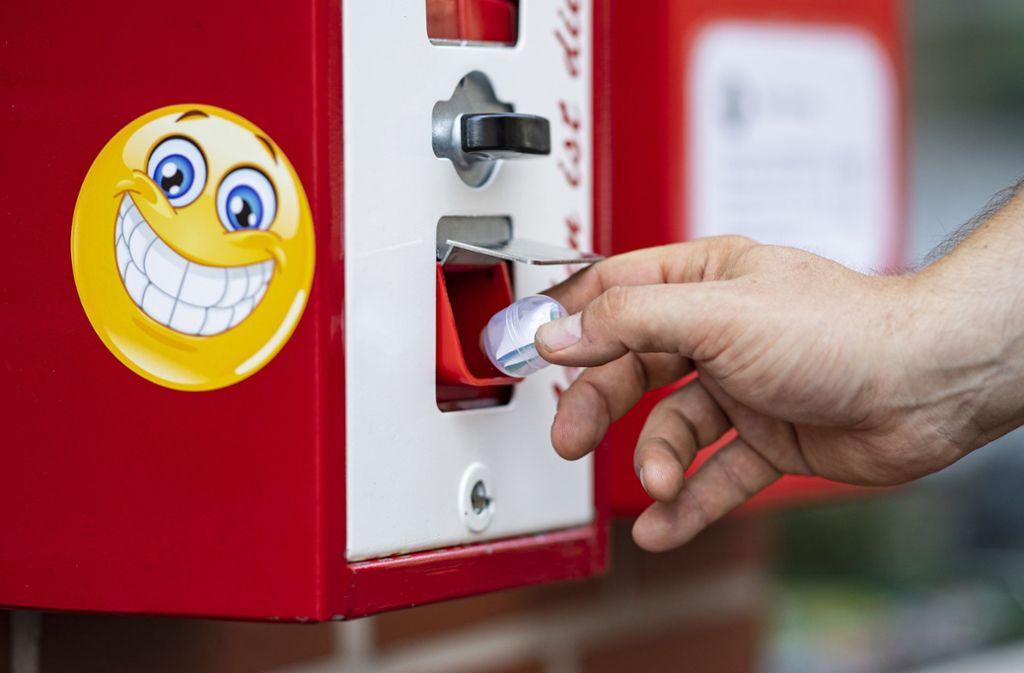 Funktioniert wie ein Kaugummiautomat: Das Gerät spuckt in  Kapseln verpackte Witze aus. (Archivbild) Foto: dpa/Guido Kirchner