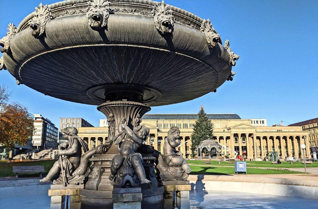 Selten sind die Schlossplatzbrunnen so spät abgestellt worden, wie in diesem Jahr – während vor dem Königsbau schon der Weihnachtsbaum geschmückt wird. Foto: Jürgen Brand