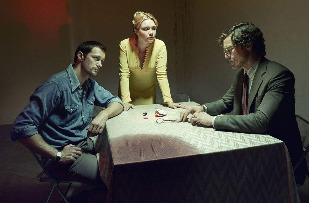 Die ganze Welt ist Bühne: Gadi (Alexander Skarsgård), Charlie (Florence Pugh) und Martin (Michael Shannon, von links) inszenieren den nächsten Agenteneinsatz des Mossad. Foto: BBC One/StarzPlay