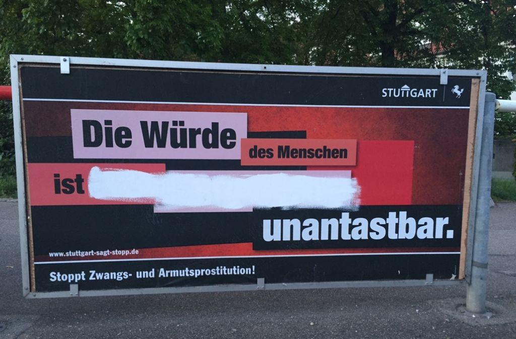 Einige Plakate der umstrittenen Aktion der Stadt wurden übermalt. Dieses steht an der Kreuzung Killesberghöhe. Foto: Jenkner