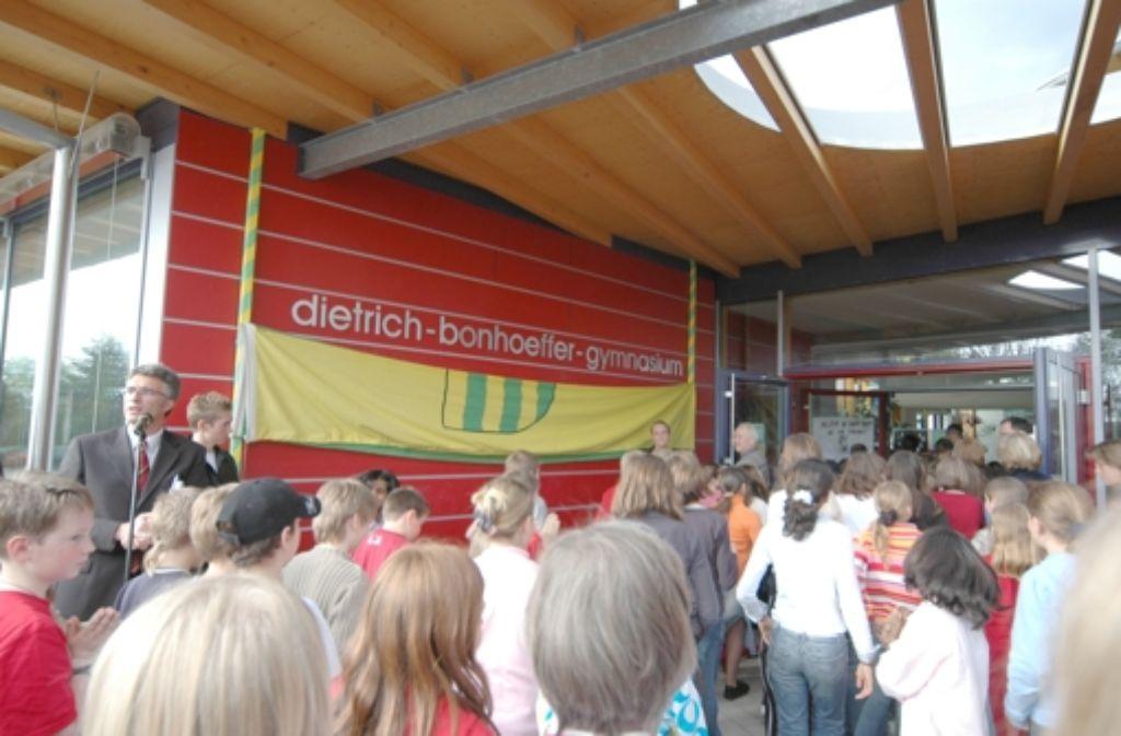 In einer Feierstunde wurde am 26. April 2005 der neue Name der Schule enthüllt. Bis dahin hieß sie schlicht Neues Gymnasium Filderstadt. Foto: Archiv Norbert J. Leven