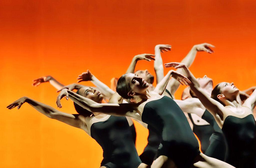 """Techno trifft klassischen Tanz: Szene aus Sharon Eyals hypnotisierendem Stück  """"Bedroom Folks"""" für das Ballet BC Foto: Michael Slobodian"""