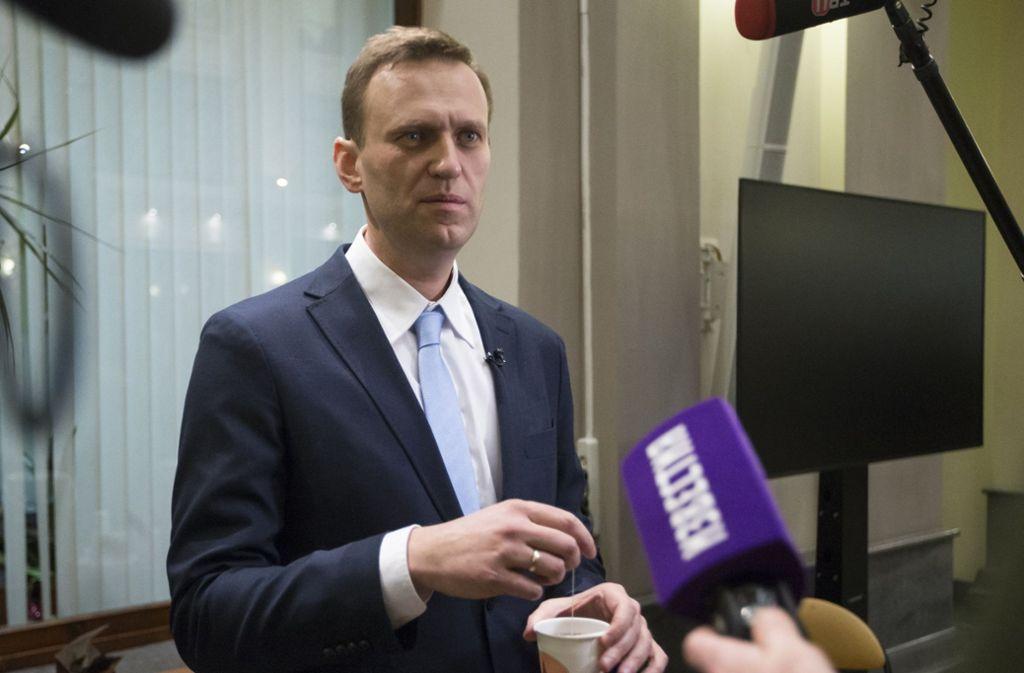Nawalny steht Reportern Rede und Antwort, die ihn zu seiner Kandidatur befragen. Kurz danach wird der Oppositionspolitiker von der Liste der möglichen Kandidaten gestrichen. Foto: AP